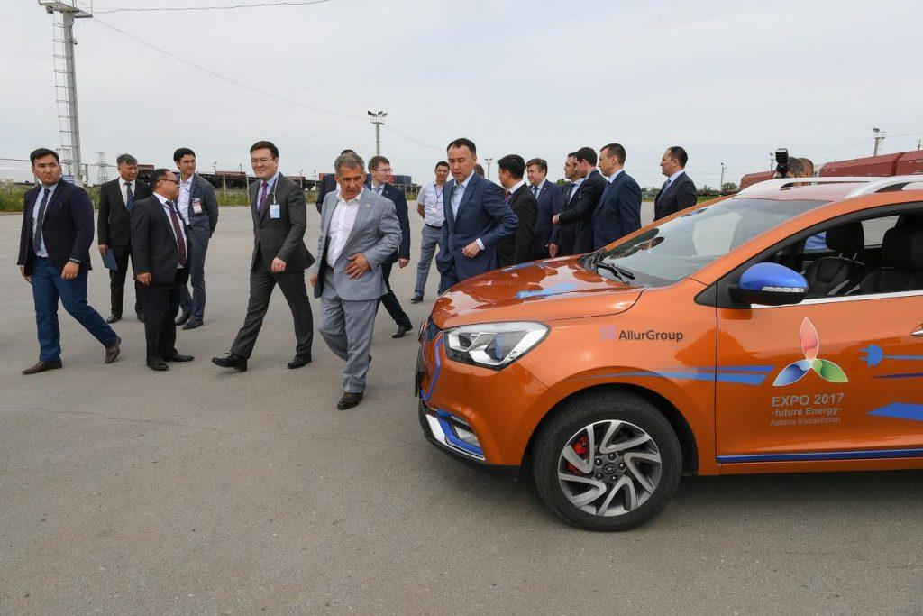 Президент Татарстана Рустам Минниханов посетил производственную площадку по выпуску автотранспорта AllurGroup в. Костанай, где протестировал электромобиль JAC IEV6S